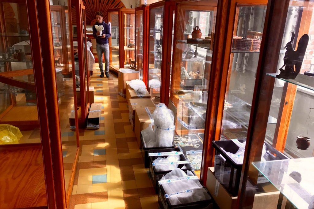 SMAK, Verlust der Mitte collectie verhuis Afrikaanse kunst van collectie Missiemuseum Oostakker Art Handling, Op- en afbouw tentoonstelling door Helix bvba.